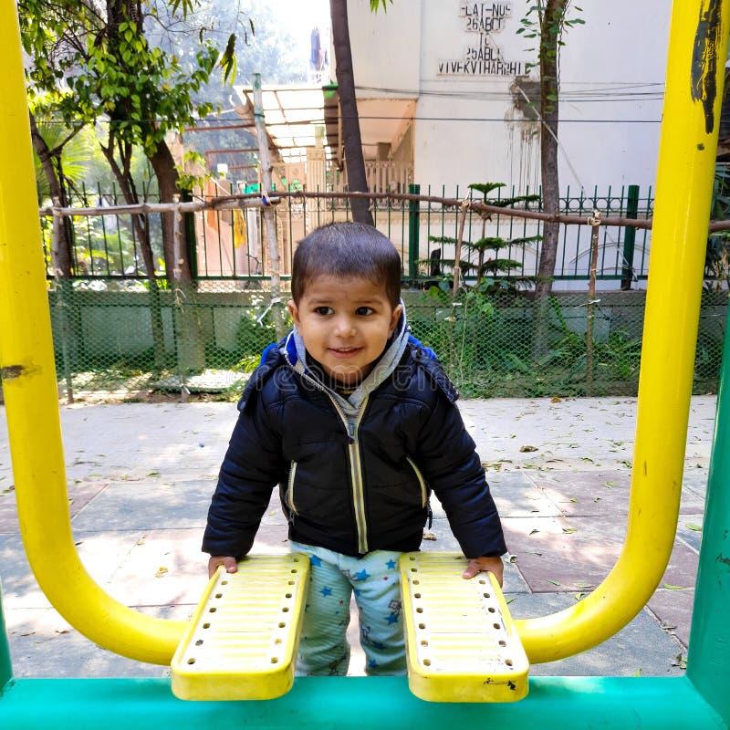 印度德里早晨在公园锻炼的甜小宝宝 库存照片