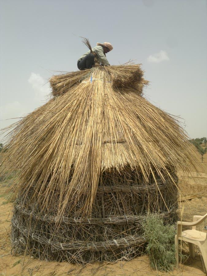 印度拉贾斯坦小屋老葡萄酒房子临时房子木房子沙漠通风小屋修理 库存照片