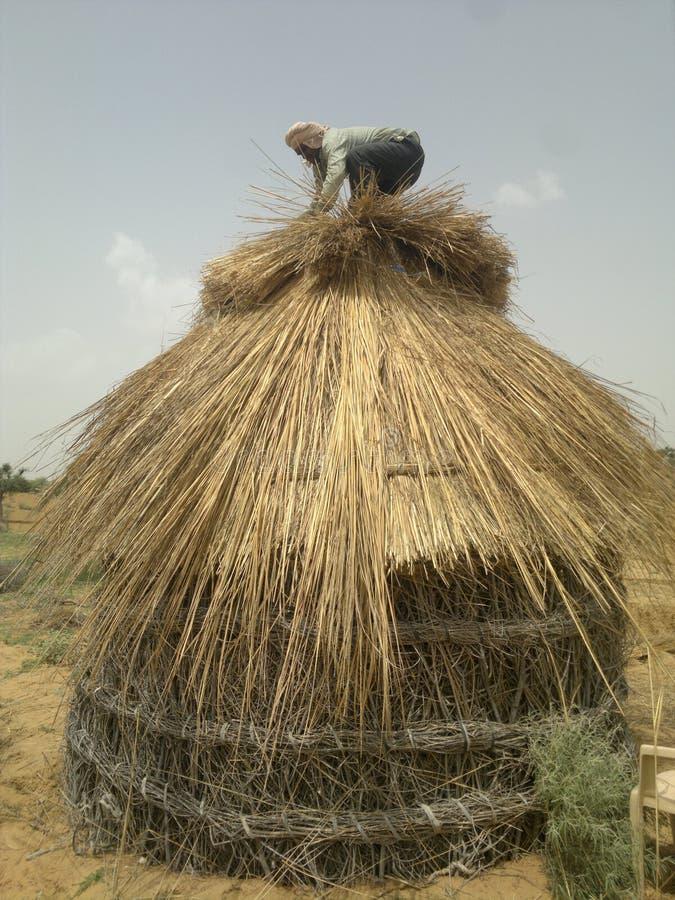 印度拉贾斯坦小屋老葡萄酒房子临时房子木房子沙漠通风小屋修理 库存图片