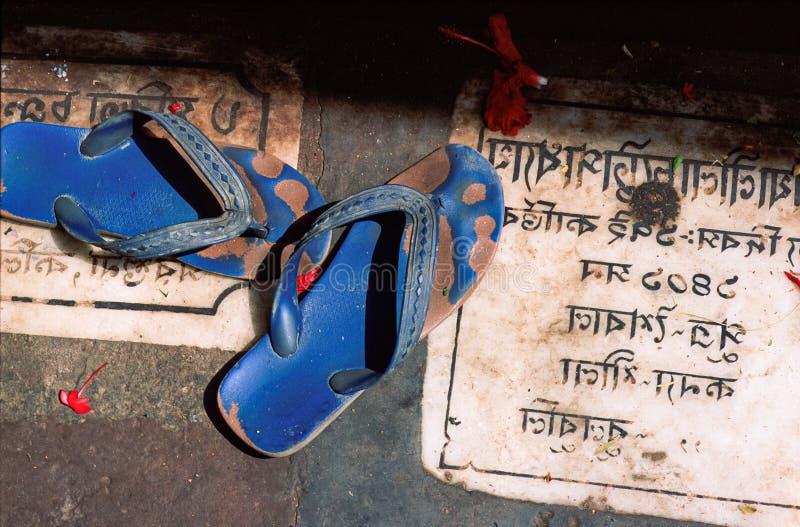 印度教信徒的拖鞋,留在印度北部一座寺庙外 库存图片