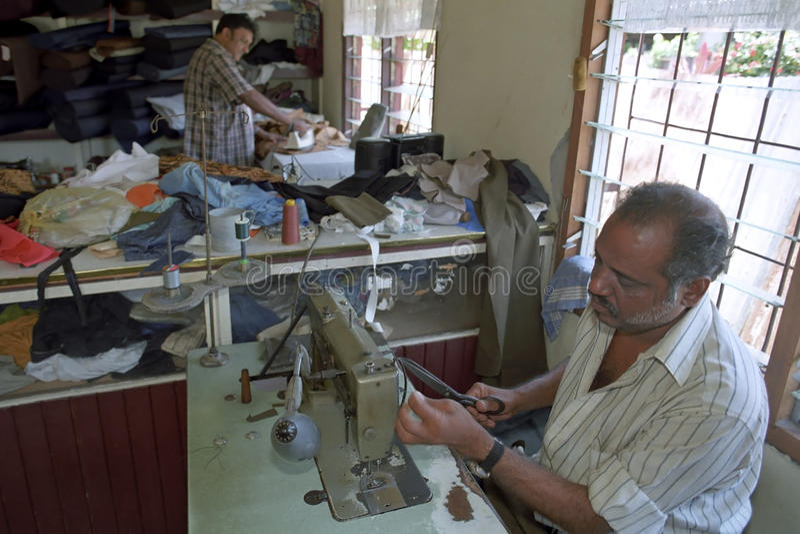 印度斯坦的裁缝工作在女装裁制业的,苏里南 免版税库存图片