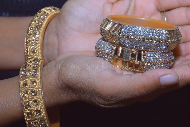 印度新娘藏品婚姻的手镯 免版税库存照片