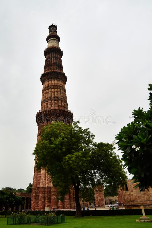 印度新德里的库图布清真寺是印度最高的尖塔,是一座大理石和红色的砂岩塔楼,代表了时代的开端 免版税库存照片