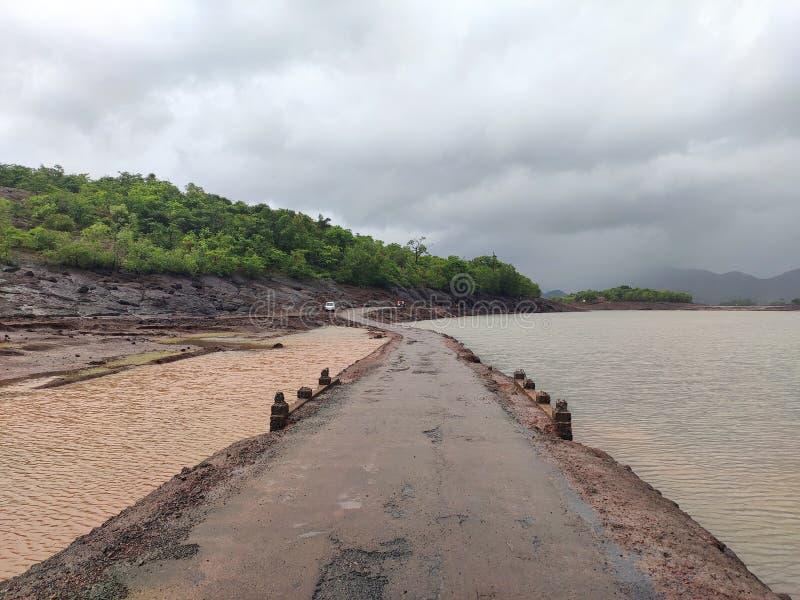印度村庄河侧视图 库存图片