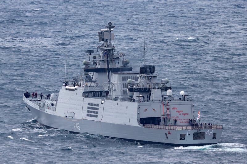 印度海军离去的悉尼港口的INS Sahyadri F49 Shivalik班的秘密行动多角色大型驱逐舰 免版税库存图片