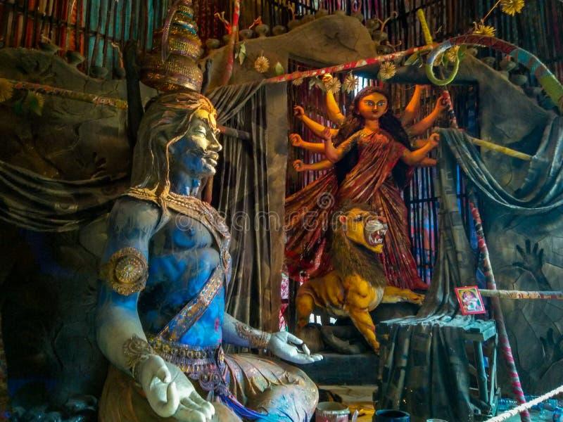 印度湿婆阁下雕塑,思考与Parvati或杜尔加在背景中在Kumartuli,加尔各答,加尔各答 免版税库存图片