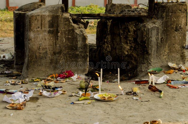 印度火葬地面,尸体在火葬用的柴堆被带来被烧 图库摄影