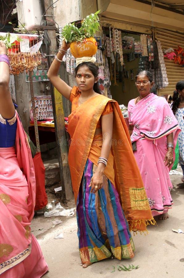 印度献身者运载Bonam到mahankali寺庙 库存图片