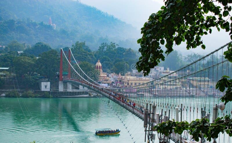 印度瑞诗凯诗与拉克什曼呼拉悬索桥美景河中船 库存照片