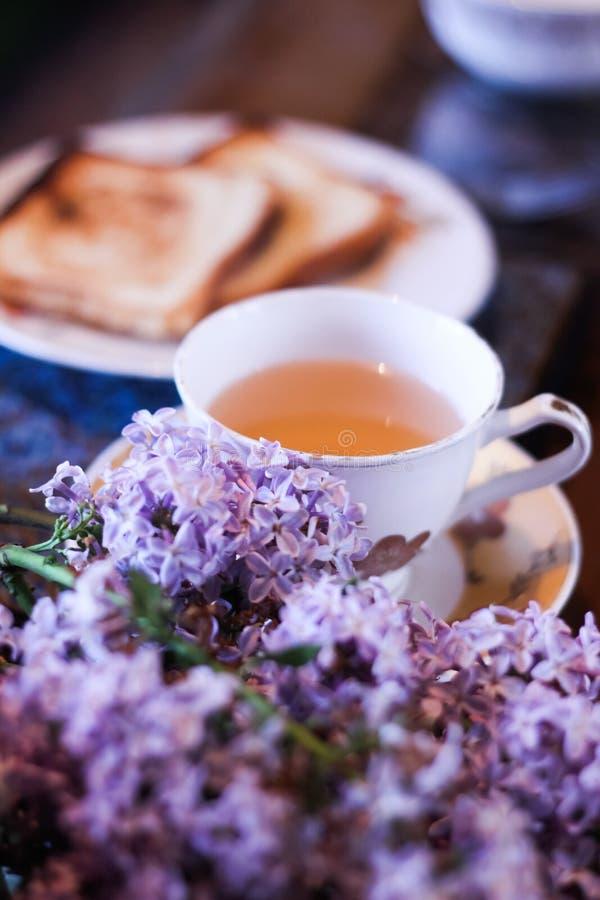 印度的Masala柴茶用面包,黄油和丁香开花 库存图片