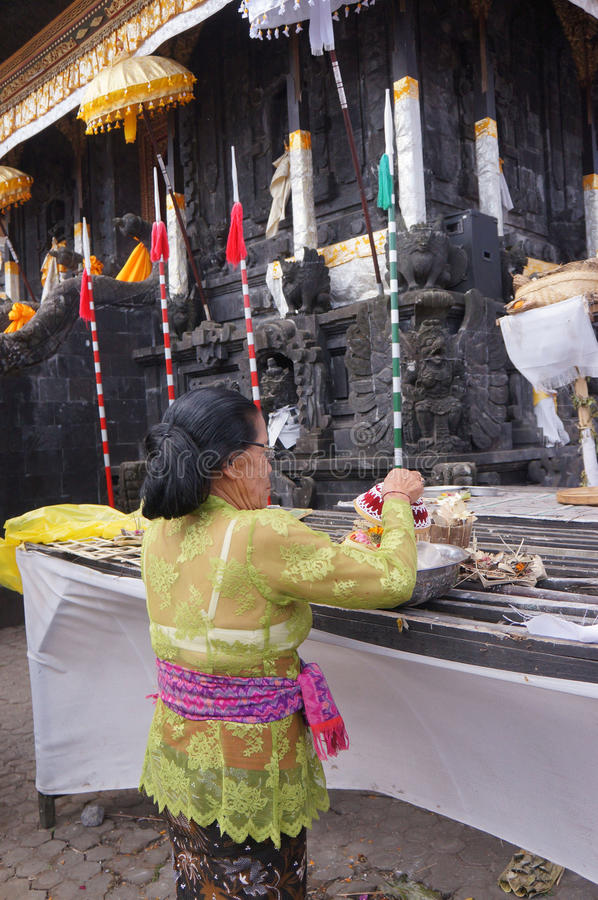 Download 印度祈祷 编辑类库存照片. 图片 包括有 寺庙, 宗教信仰, 妇女, 执行, 巴厘岛, 印度尼西亚, 人们 - 62537803