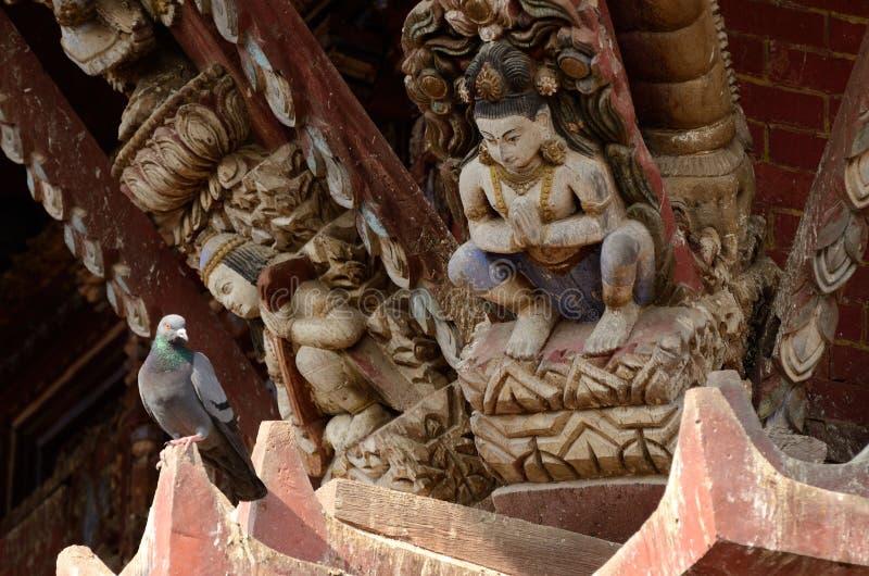 印度神和鸠-传统木寺庙装饰,尼泊尔 免版税库存图片