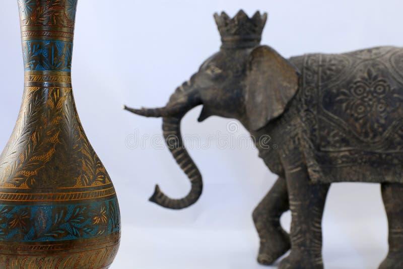 印度纪念品 花瓶与脱焦印度象 免版税库存照片