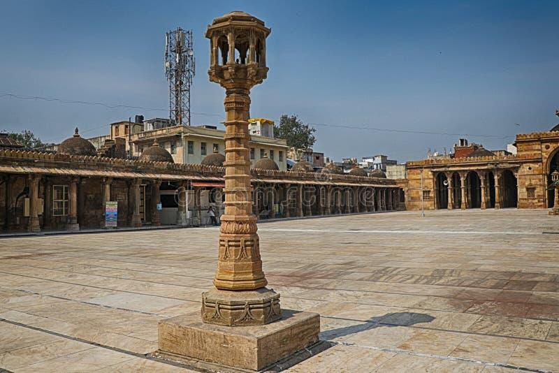 印度艾哈迈达巴德朱玛玛玛斯吉德古石柱 库存照片