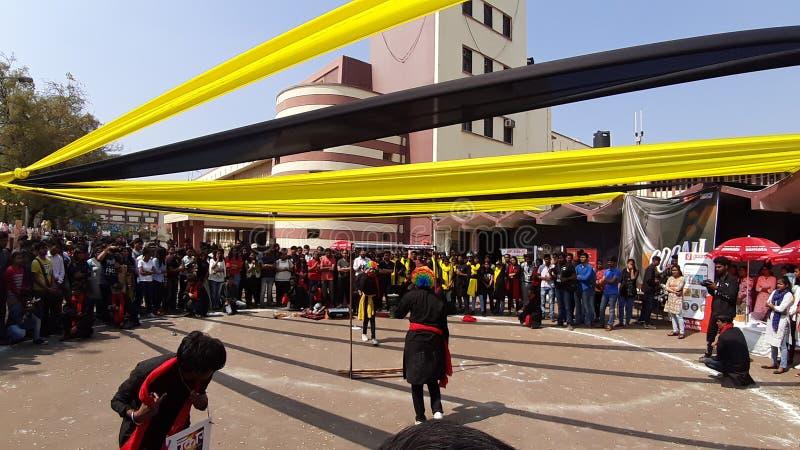 印度莱布尔21 04 2020:学生们正在大学校园观看戏剧表演 免版税库存照片