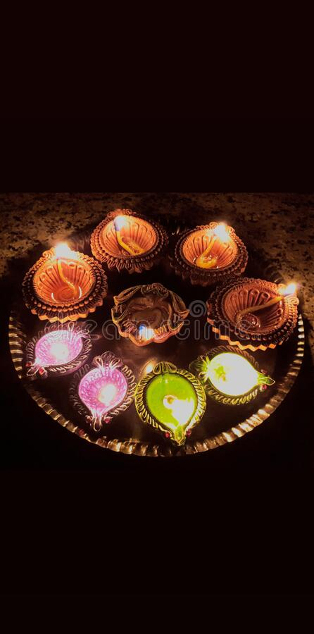 印度观察莫迪总理晚9点9分的呼吁,点亮灯,以表明与COVID-19 Lok Gram Kalyan作战的团结 免版税库存照片