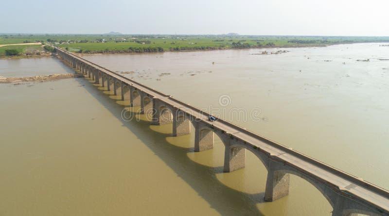 印度赖舒尔克里希纳河上空的天际线和桥景 库存照片