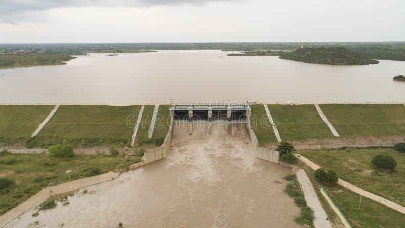印度赖舒尔水库的空中鸟眼,满水,所有水库门都打开以释放水 免版税库存照片