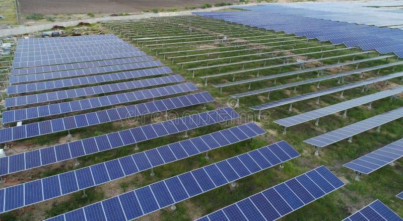 印度赖舒尔附近太阳能农场或太阳能发电站的空中视野 库存照片