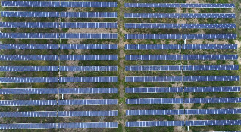 印度赖舒尔附近太阳能农场或太阳能发电站的空中视野 免版税库存图片