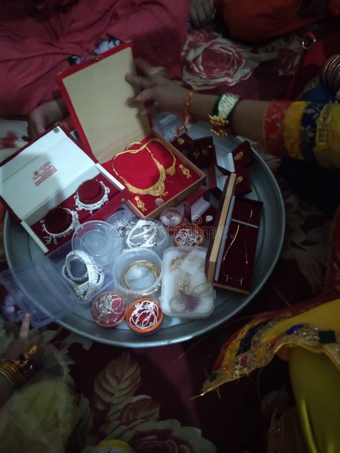 印度金子和银色Jwellery礼物从父母的Doughter她的婚姻天 免版税库存图片