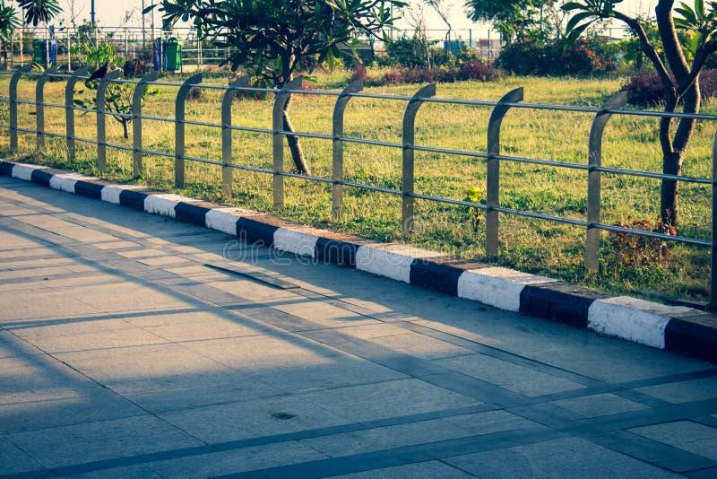 印度钦奈滨海海滨长廊 滨海海滩附近的海滨行人行人慢跑 免版税库存图片