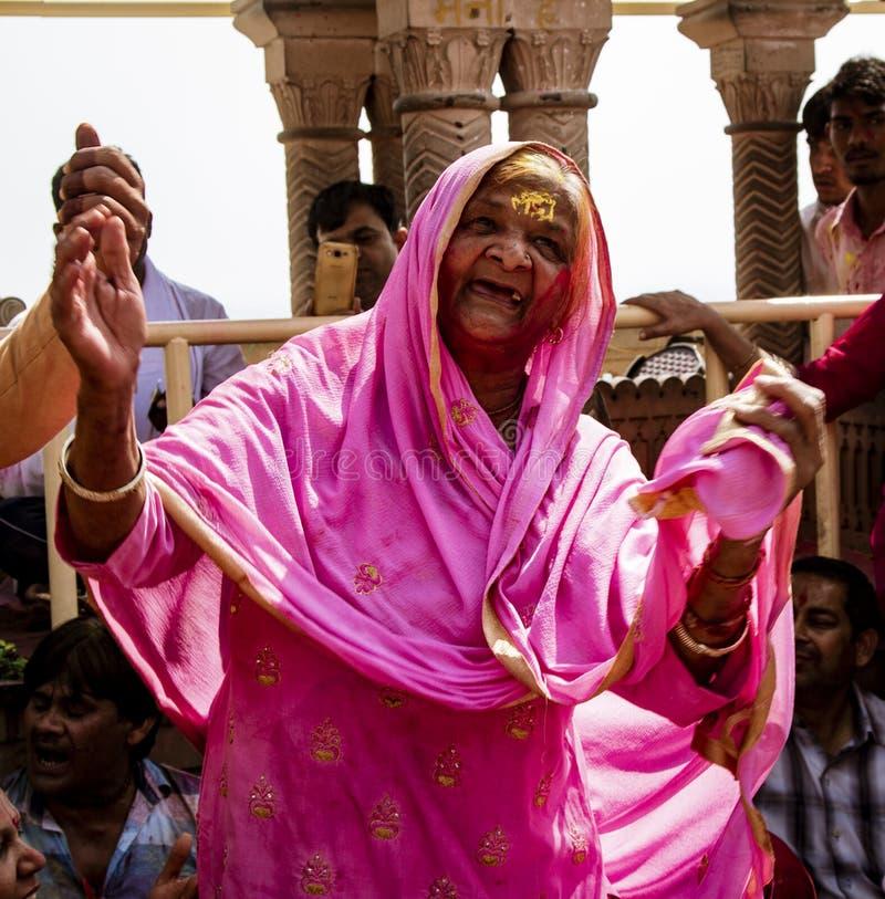 印度霍利节上只跳一个牙齿的老妇 免版税图库摄影