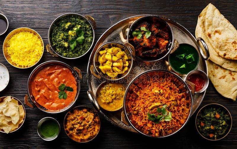 印度食物咖喱黄油鸡,Palak Paneer,Chiken蒂卡,Biryani,菜咖喱,Papad,Dal,Palak Sabji,Jira阿庐 免版税库存图片