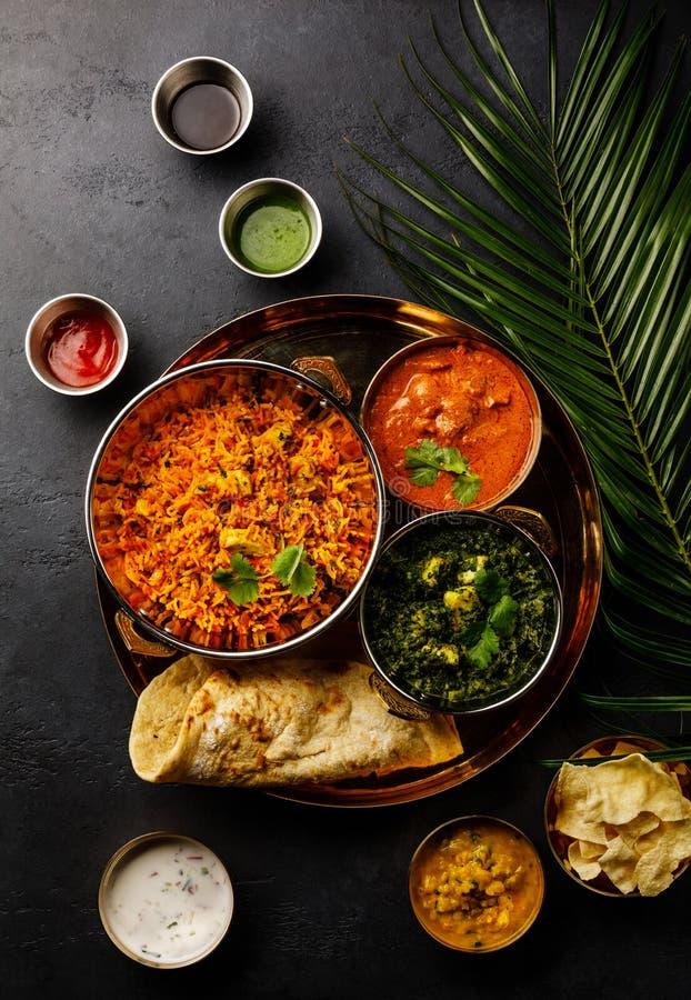 印度食物鸡Biryani,咖喱黄油鸡,Palak Paneer,Papad、Dal和Naan面包 库存图片