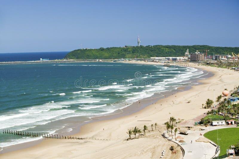 印度洋和白色沙滩鸟瞰图在德班,南非的市中心 免版税库存照片