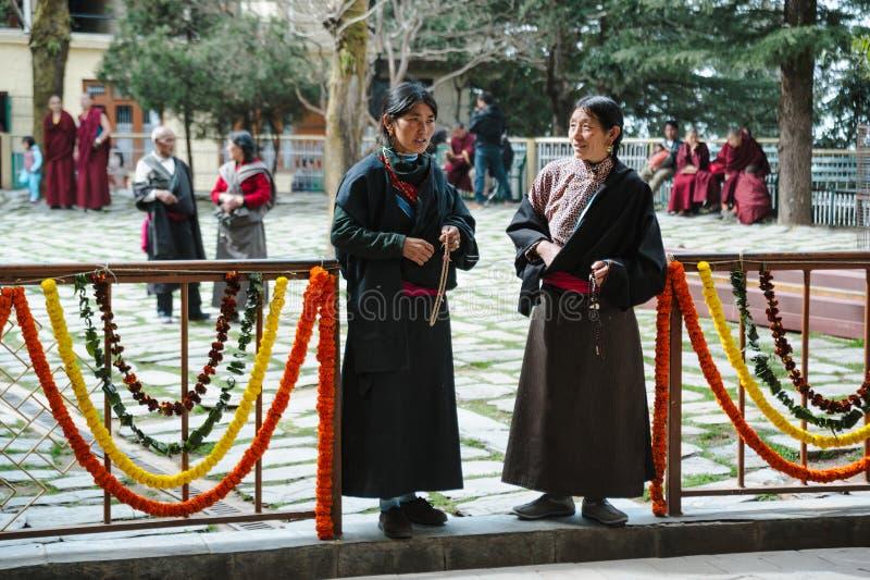印度2月28日2018年,达兰萨拉 传统衣裳的两名tibetian妇女 免版税库存照片