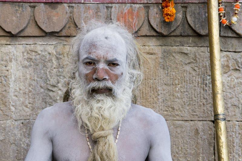 印度-瓦腊纳西 一个圣洁者,调查照相机的sadhu 免版税库存照片