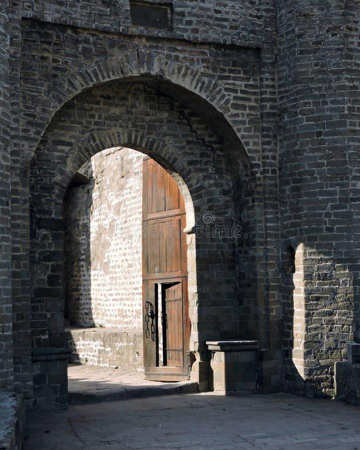 印度建筑学外部门道入口Kangra堡垒 图库摄影
