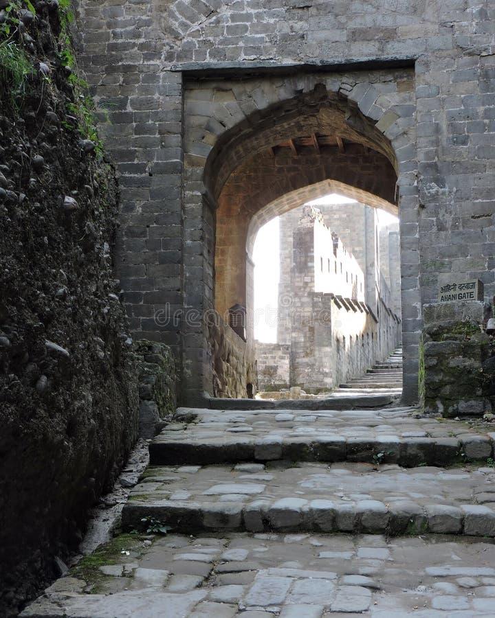 印度建筑学被成拱形的门Kangra堡垒 库存照片