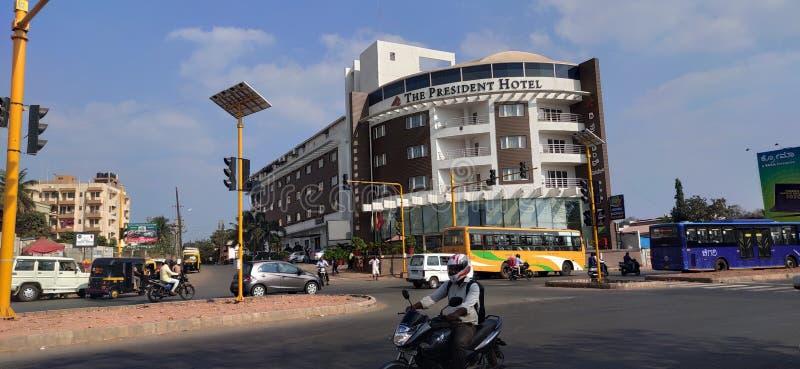 印度Hubli Karnataka叔叔湖前的五星级酒店 库存图片