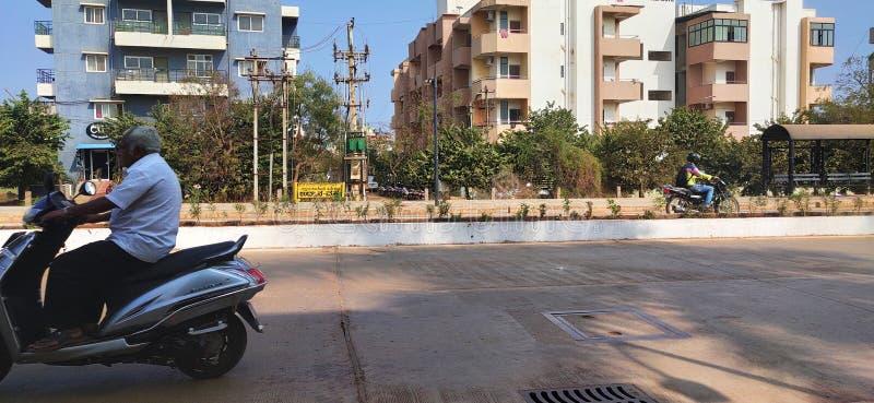印度Hubli Karnataka街上骑自行车的男子 图库摄影