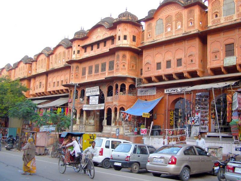 印度JHANSI - 2015年12月17日:在Jhansi街上打开集市,开车,开车,开车,开车 库存照片
