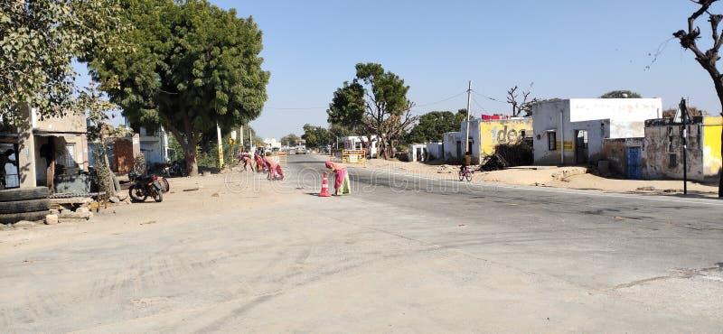 印度Rajasthan District Nagaur邦国家公路清理工人的照片 免版税库存图片