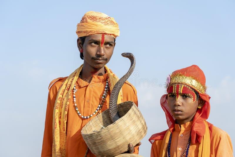 印度sadhu圣洁者和蛇眼镜蛇在普斯赫卡尔,印度,画象的关闭 库存照片