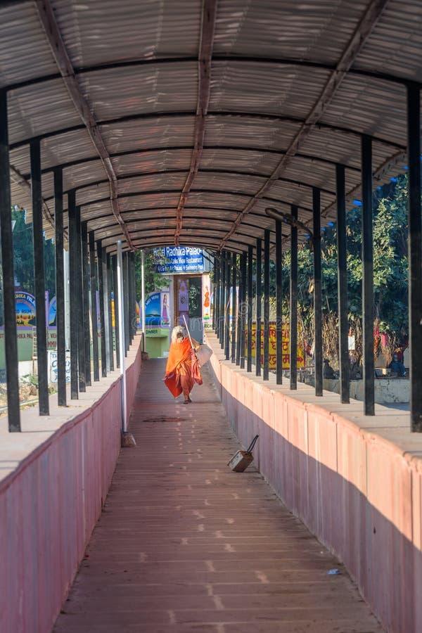 印度sadhu,桥梁的圣洁者在Pushkar湖在拉贾斯坦 ?? 免版税库存图片