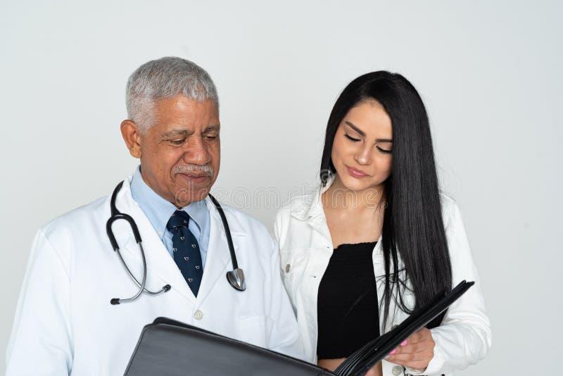 印度With Patient On White医生背景 免版税库存照片