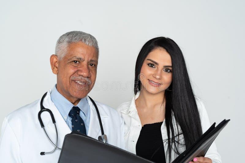 印度With Patient On White医生背景 免版税库存图片