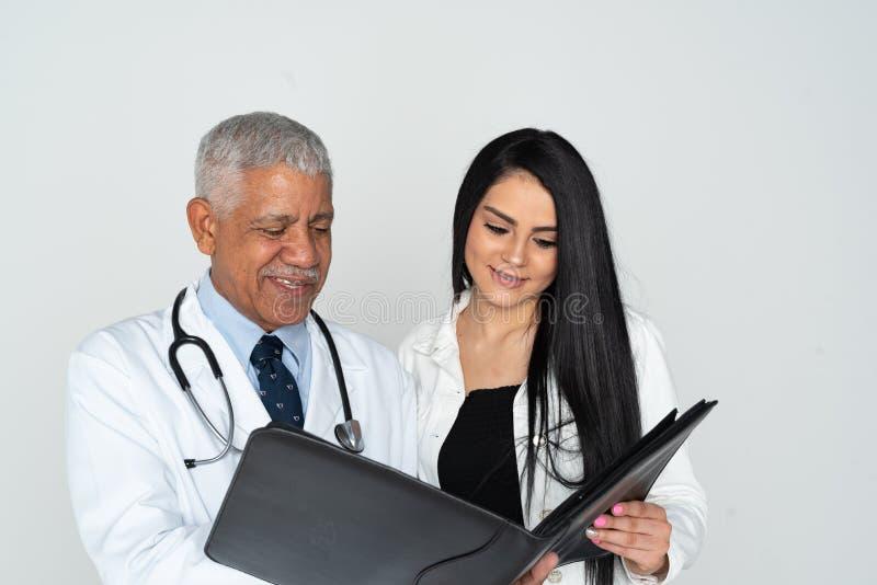 印度With Patient On White医生背景 图库摄影
