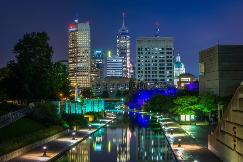 印第安纳中央运河和街市地平线在晚上在印第安纳波利斯,印第安纳 免版税库存图片