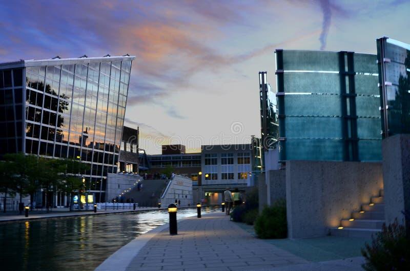 印第安纳波利斯战争纪念建筑和运河反对微明 免版税库存图片