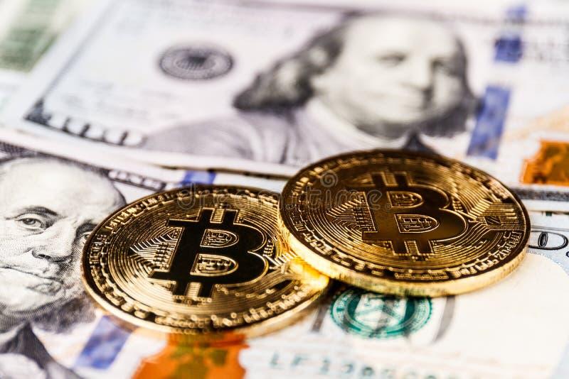 印第安纳波利斯-大约2018年4月:在一百元钞票床上的Bitcoin  Bitcoin是Cryptocurrency浅II 免版税图库摄影