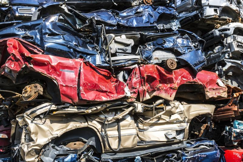 印第安纳波利斯-大约2017年9月:被堆积的垃圾场年久失修的机器汽车为将被回收做准备的击碎IX 图库摄影