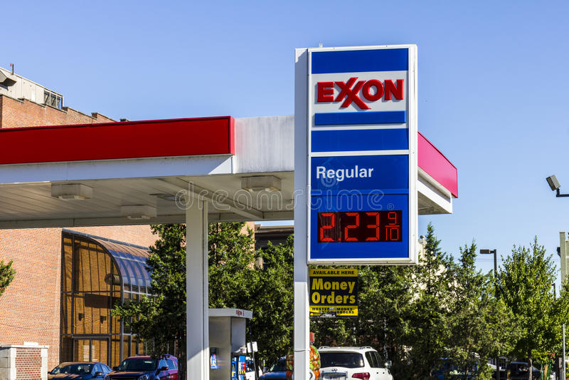 印第安纳波利斯-大约2016年8月:埃克森零售气体地点 ExxonMobil是World的Largest Oil Gas Company我 免版税库存照片