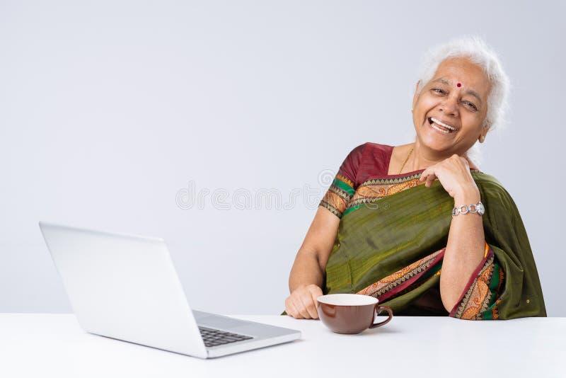 印第安膝上型计算机妇女 免版税图库摄影