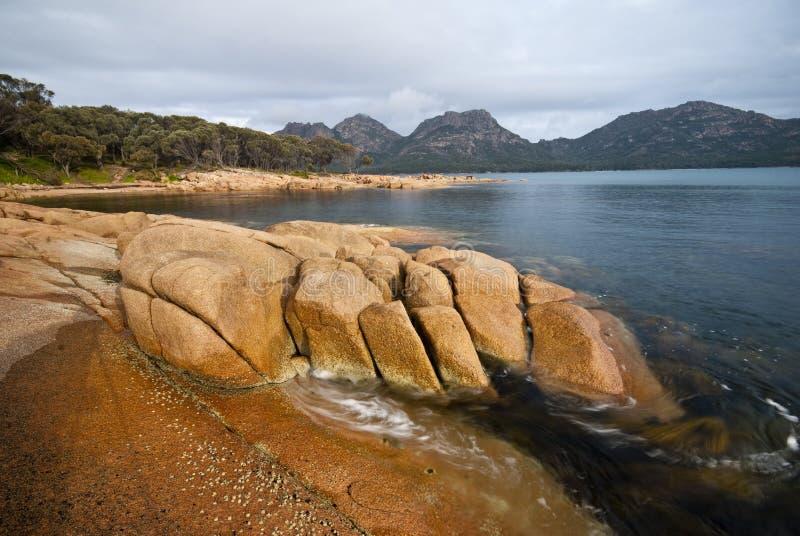 印象深刻的岩石海草打旋的塔斯马尼&# 免版税库存照片